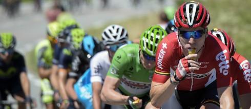 Ciclistas del Tour de Francia alimentándose durante la carrera.