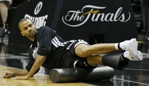 Tony Parker, jugador NBA, utilizando Foam Roller