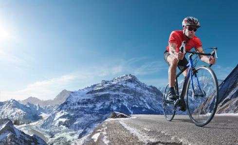 Ciclista entrenando en zonas de gran altitud.